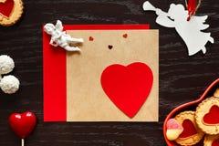 Valentine, coeur et anges sur le fond en bois Image stock