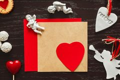 Valentine, coeur et anges sur le fond en bois Photo stock