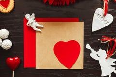 Valentine, coeur et anges sur le fond en bois Photos libres de droits