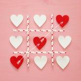 Valentine& x27 ; concept de jour de s avec le jeu des coeurs X-O Concept de jeu de Tac Toe de tic Vue supérieure Photo libre de droits