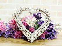 valentine& x27 ; concept de jour de s avec le symbole de coeur et le beau décor Photo stock