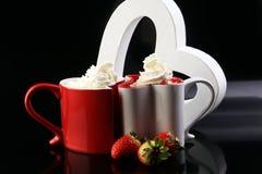 Valentine& x27; concetto di giorno di s con i cuori e le tazze Caffè o choc caldo Fotografia Stock Libera da Diritti