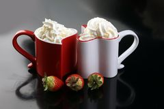 Valentine& x27; concetto di giorno di s con i cuori e le tazze Caffè o choc caldo Fotografie Stock Libere da Diritti