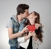 Valentine Couple Kyssande och lyckligt joyful familj Royaltyfria Bilder
