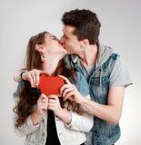 Valentine Couple Kyssande och lyckligt joyful familj Royaltyfri Bild