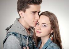 Valentine Couple Lycklig glad familj man för begreppskyssförälskelse till kvinnan Arkivbilder