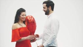 Valentine Couple Muchacha de la belleza y su novio hermoso que celebran el balón y besarse de aire en forma de corazón Alegre fel