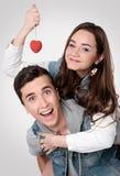 Valentine Couple Stående av att le skönhetflickan och hennes Handso Arkivfoton