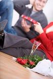 Valentine : Couples ayant Champagne et sucrerie Images libres de droits