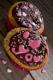 Valentine cupcakes met chocolade en suikerharten Royalty-vrije Stock Afbeeldingen