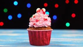 Valentine cupcakes met liefjes op blauwe houten lijst wordt verfraaid die stock footage