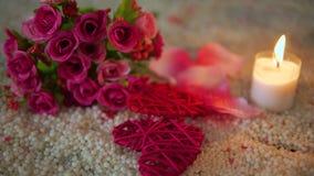 Valentine-dag met het hart van de lengtedecoratie, kaars het branden en boeket stock video