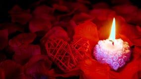 Valentine-dag met lengte van decoratieliefde, kaars het branden en nam bloemblaadjes toe stock videobeelden