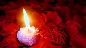 Valentine-dag met lengte van decoratieliefde, kaars het branden en nam bloemblaadjes toe stock footage