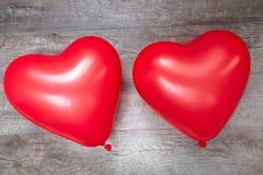 Valentine-dag, rode ballons op houten grijze achtergrond, harten, liefde, romantisch beeld, royalty-vrije stock afbeeldingen