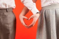 Valentine-dagachtergrond, de gelukkige handen van de paarholding samen Stock Fotografie