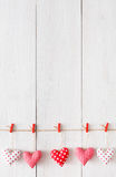 Valentine-dagachtergrond, de grens van hoofdkussenharten op hout, exemplaarruimte royalty-vrije stock afbeeldingen