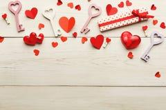 Valentine-dagachtergrond, met de hand gemaakte harten op hout met exemplaarruimte royalty-vrije stock foto