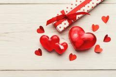 Valentine-dagachtergrond, met de hand gemaakte harten op hout met exemplaarruimte stock foto's