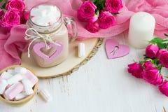 Valentine-dagachtergrond met rozen, harten, cacao en marshmall Stock Fotografie