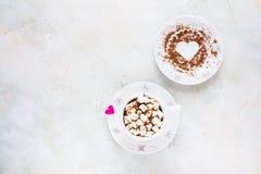 Valentine-dagdecoratie, ontbijt, witte uitstekende kop en plaat, koffie met kleine heemst Stock Foto