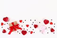 Valentine-daglay-out Roze gift met harten, kaarsen en confettien op een witte achtergrond St Valentijnskaartendag, dagliefde, 14  royalty-vrije stock foto's