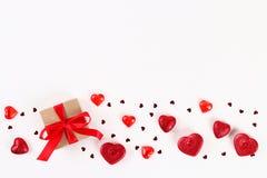 Valentine-daglay-out Roze gift met harten, kaarsen en confettien op een witte achtergrond St Valentijnskaartendag, dagliefde, 14  royalty-vrije stock fotografie