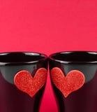 Valentine-dagreeks, detail van koppen van melk met decoratief hart op rode achtergrond Royalty-vrije Stock Foto