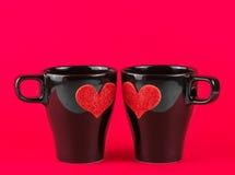 Valentine-dagreeks, koppen van melk met decoratief hart op rode achtergrond Stock Fotografie