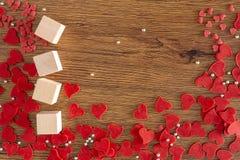 Valentine Day-achtergrond met rode harten, giften rood hart royalty-vrije stock afbeelding