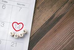Valentine Day avec amour de mot sur le calendrier avec le backgro en bois Photographie stock
