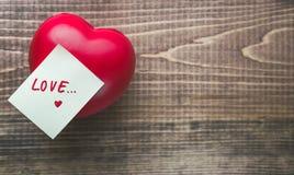 Valentine Day avec le coeur et le bloc-notes sur en bois avec l'espace de Coppy Images stock