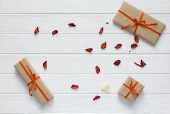Valentine Day Concept decorou as pétalas de madeira brancas da flor das caixas de presente Foto de Stock