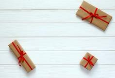 Valentine Day Concept decorou caixas de presente em aleatório de madeira branco Imagens de Stock