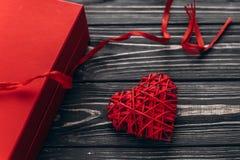 Valentine Day Concept felice presente e cuore alla moda con la costola fotografia stock