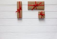 Valentine Day Concept verzierte Geschenkboxen auf weißem Holz stockfotos