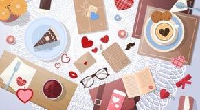 Valentine Day Decorated Table Cup avec la vue d'angle supérieur de gâteau Image stock