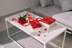 Valentine Day-Geschenke und rote Rose auf Tabelle stockfotos