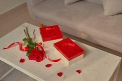 Valentine Day-Geschenke und rote Rose auf Tabelle stockfoto