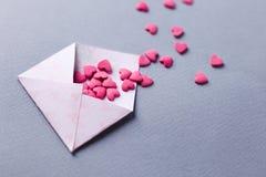 Valentine Day-Grußkartenumschläge mit Herzen pinkhearts gießt aus dem Umschlag, Kopienraum heraus lizenzfreie stockbilder