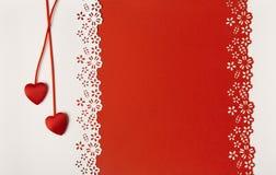 Valentine Day Hearts Red Background Die Braut, die Blumen und die Hochzeitsringe Lizenzfreie Stockbilder