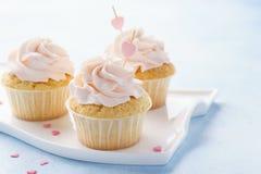 Valentine Day-kleine Kuchen verziert mit Schatzen lizenzfreies stockfoto