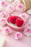 Valentine Day Red-Herz in einem Korb mit Rosen lizenzfreie stockfotos
