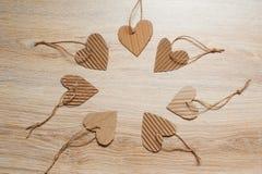 Valentine Day skyler över brister förlägger scrapbooking beståndsdelar hjärtor och för text Royaltyfri Fotografi