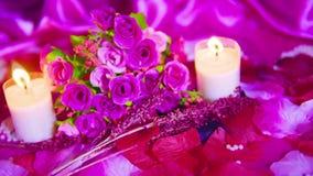 Valentine de décoration avec la rose rose et la longueur brûlante de bougie clips vidéos