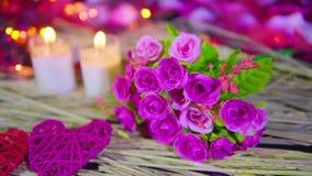 Valentine de décoration avec la rose rose et la longueur brûlante de bougie banque de vidéos