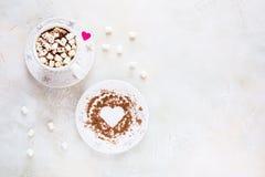 Valentine-de dagdecoratie, het ontbijt, de witte uitstekende kop en de plaat, koffie met kleine heemst en harten maakten van rood Royalty-vrije Stock Afbeelding
