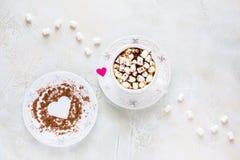 Valentine-de dagdecoratie, het ontbijt, de witte uitstekende kop en de plaat, koffie met kleine heemst en harten maakten van rood Royalty-vrije Stock Foto