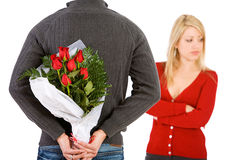 Valentine: De man brengt Vrouwenbloemen om zich te verontschuldigen Royalty-vrije Stock Afbeeldingen