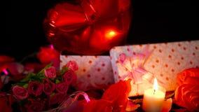Valentine-decoratielengte van bloem, giftdozen, impuls en kaars het branden stock footage
